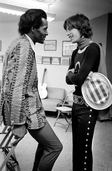 """Chuck Berry y Mick Jagger en un camarín en 1969. """"Acá está la Generación Uno [del rock] hablando con la Generación Dos"""", dice Russell"""