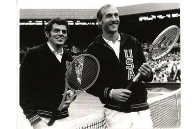 Tom Gorman y Stan Smith, en Wimbledon, antes de enfrentarse por las semifinales de 1971.