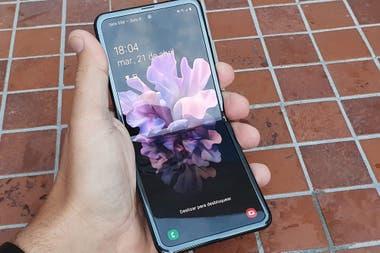 El Galaxy Z Flip es el segundo smartphone flexible de Samsung a diferencia del Galaxy Fold este se hace ms compacto para entrar mejor en el bolsillo el resto del hardware es de primera lnea en la Argentina tiene un precio de 130000 pesos