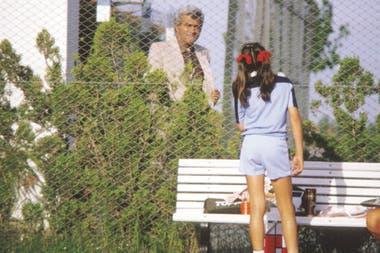 5) En el Campeonato Metropolitano del Centro Asturiano, en 1980, Osvaldo, detrás del alambrado, acompaña a su hija.