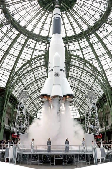Karl Lagerfeld propuso un viaje al espacio para presentar la colección invierno 2017 de Chanel