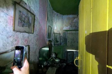 Los cuadros y el empapelado descuidado, en una de las fotos tomadas por los intrépidos visitantes
