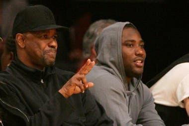 Denzel y John David Washington en un partido de NBA