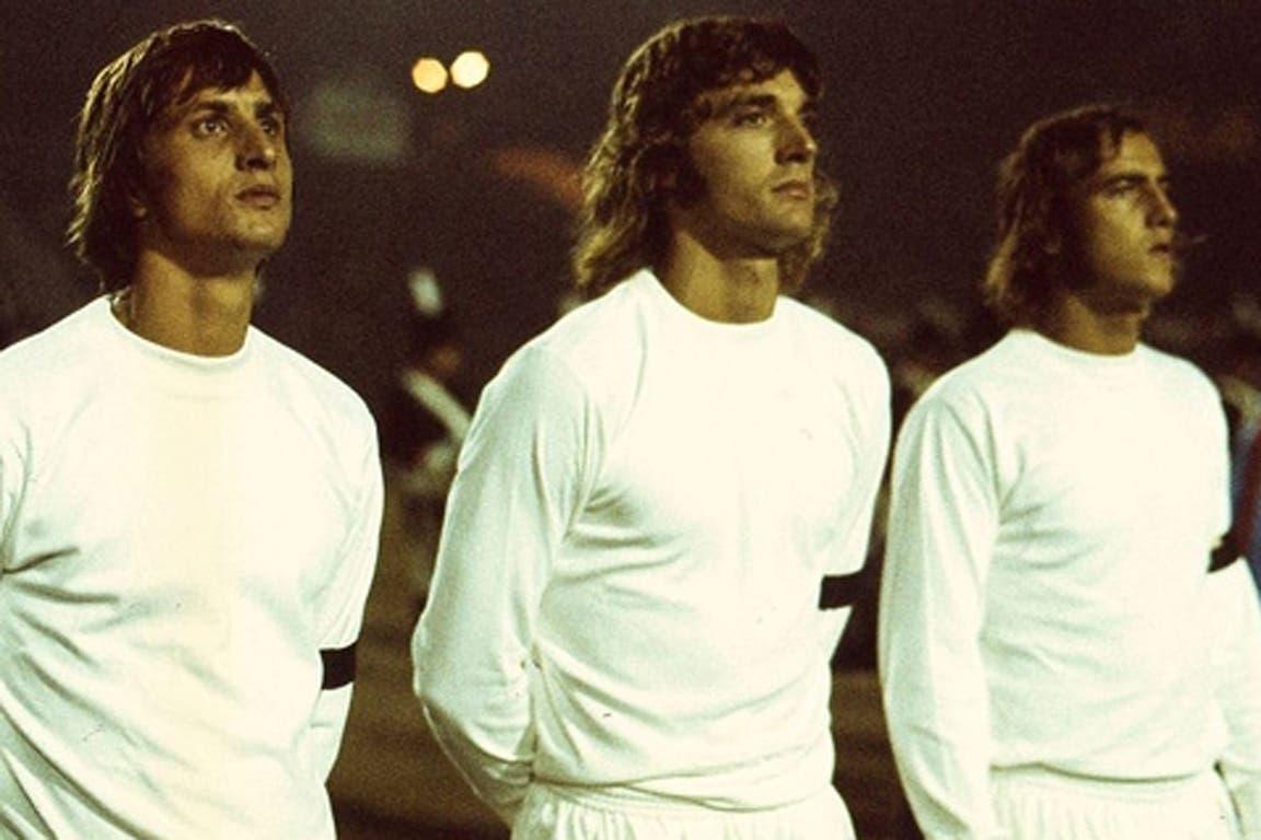 Johan Cruyff (5 de septiembre de 1972): menos de media hora jugó la estrella holandesa (en la foto, acompañado por Ruud Krol y Neeskens); hizo un gol y se fue lesionado por una fuerte infracción; fue el primero en ganar tres veces el Balón de Oro (1971, 73 y 74).