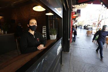 Virginia Cancino espera la llegada de los clientes del mediodía. Las aplicaciones de delivery, dice, les quitan un 30% de las ganancias.