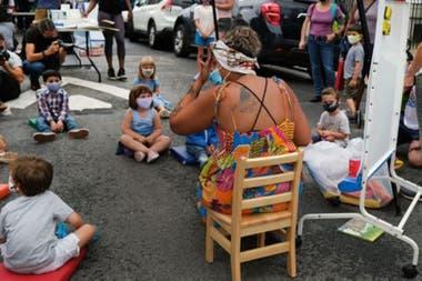 Hoy en día, en Nueva York, se llevan a cabo demostraciones para fomentar las clases al aire libre.