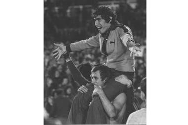 Francisco Sa, de Boca Juniors, es llevado en hombros por su compañero de equipo Roberto Mouzo después de la tanda de penales de la final de la Copa Libertadores en Montevideo, Uruguay, el miércoles 14 de septiembre de 1977.