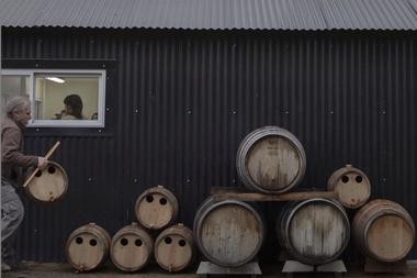 En la bodega propia albergan 25 variedades de vinagres: cassis, frambuesas y sauco, entre otros, donde parte de las materias primas vienen de El Bolsón, Del Hoyo de Epuyén y Las Golondrinas. Las flores y algunas de las hierbas, como el cedrón, se extraen de su propio lugar.