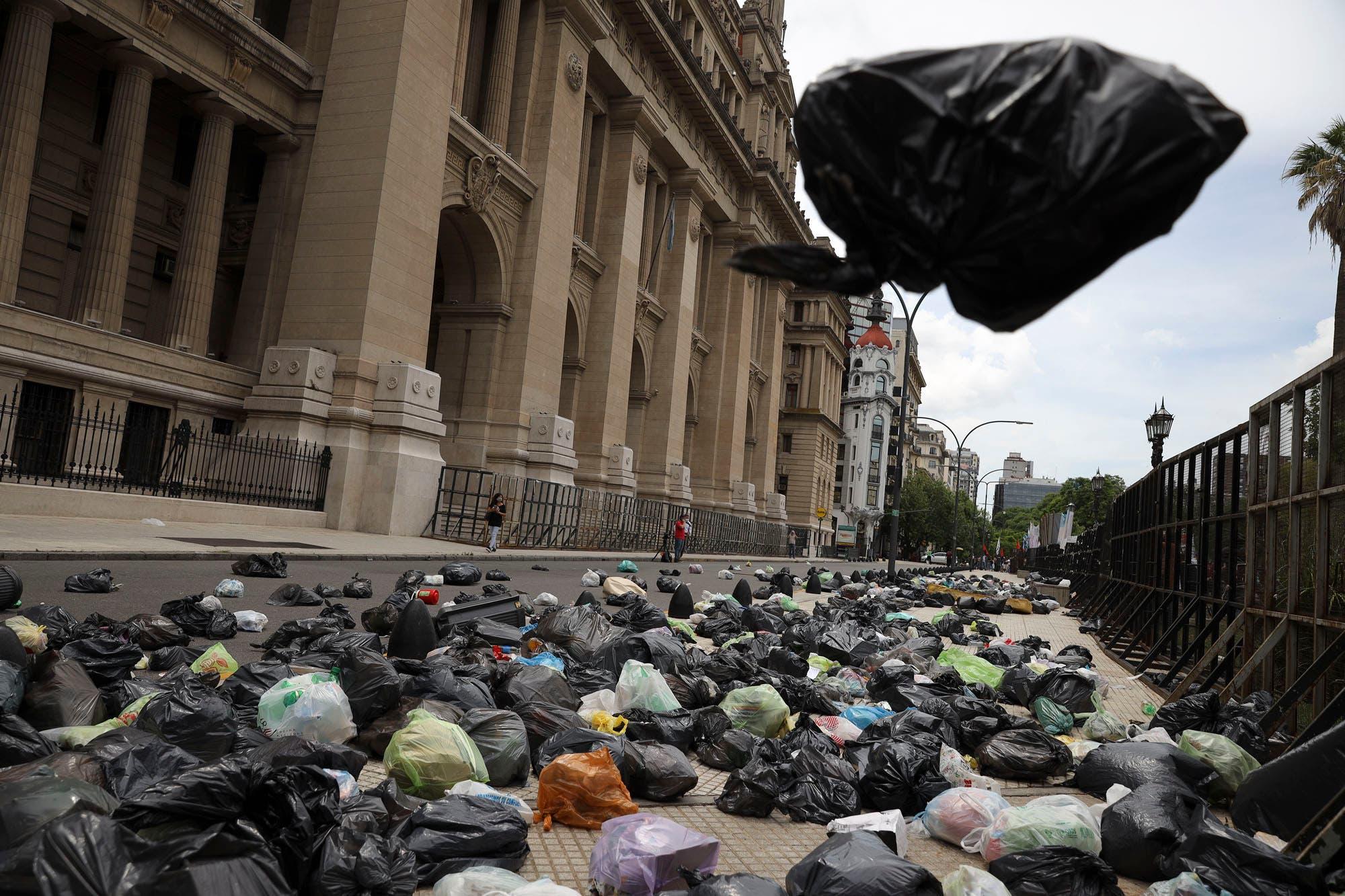 En una marcha por Milagro Sala, lanzaron bolsas de basura a Tribunales: así quedó la zona