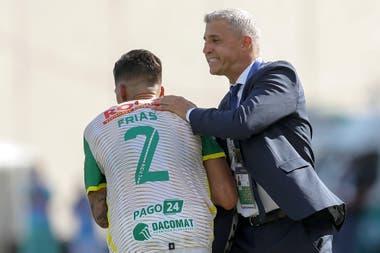 Crespo felicita a Frías, autor del 1-0 para Defensa.