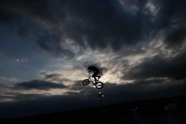 Una bicicleta vuela al atardecer en el espacio de dirt.