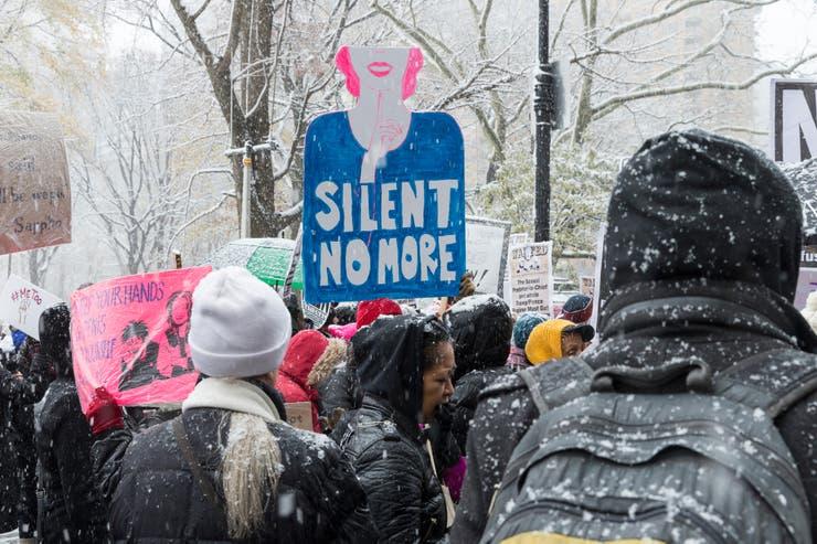 """""""No más silencio"""", decía un cartel en una de las marchas contra Trump en Nueva York"""