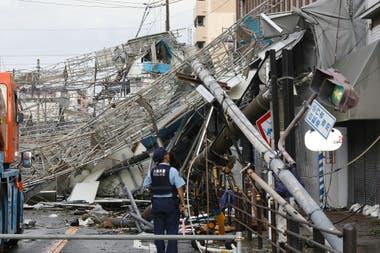 Un torre de telefonía cayó por la fuerza del viento y provocó graves daños