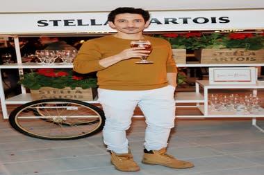 Juan Minujín disfrutó de una cerveza fresca en Masticar