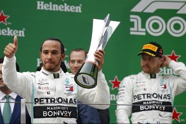 Hamilton, en lo más alto; lo acompaña su coequiper Valtteri Bottas