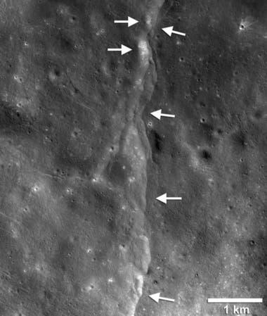 Una de las fallas en la superficie lunar. Cuando la Luna se encoge, una sección de la corteza se levanta y es empujada sobre otra. Las áreas más brillantes indican zonas recién expuestas por sismos