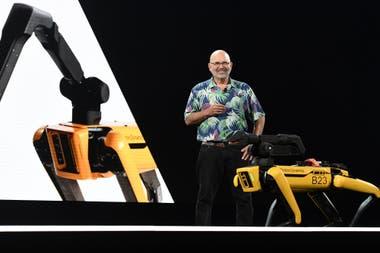 Marc Raibert, CEO de Boston Dynamics, junto al robot cuadrúpedo Spot