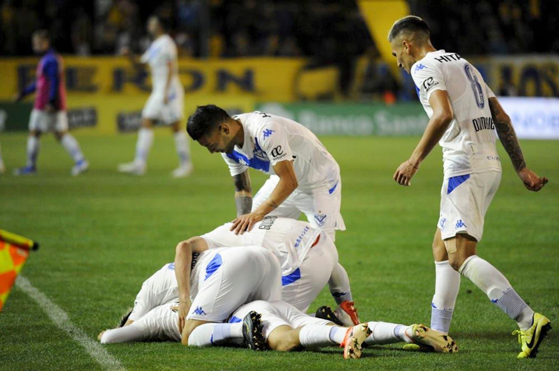Vélez venció a Central en Rosario y quedó a dos puntos de la cima