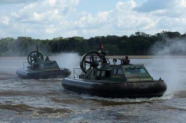 Los Hovercraft de la Armada Nacional de Colombia nevegaron el río Putumayo hasta dar con la familia perdida en la selva
