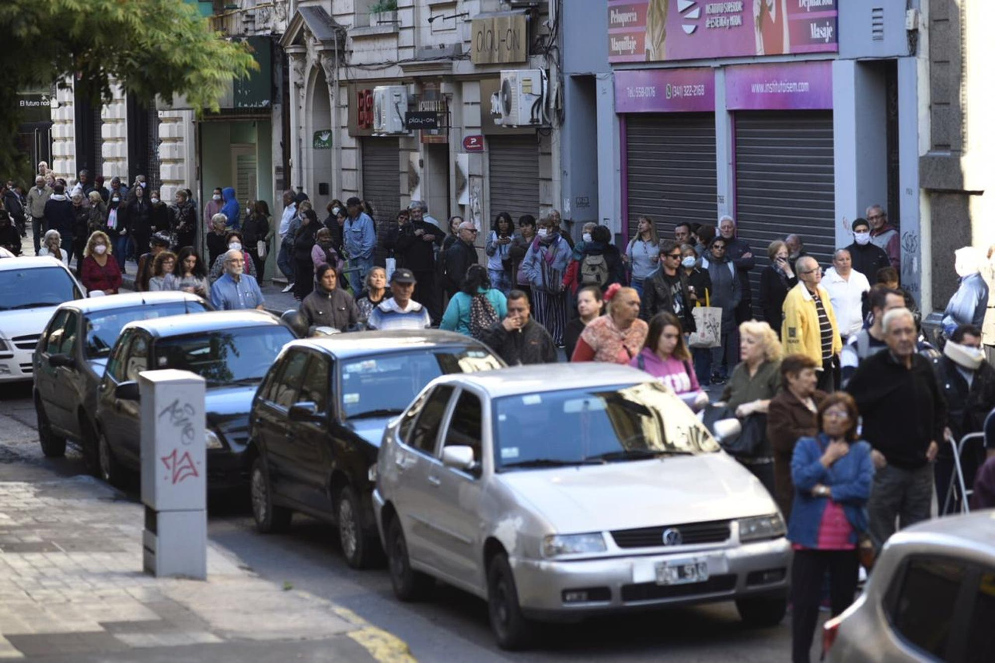 El peor día de Vanoli: las largas filas de jubilados en los bancos en plena pandemia