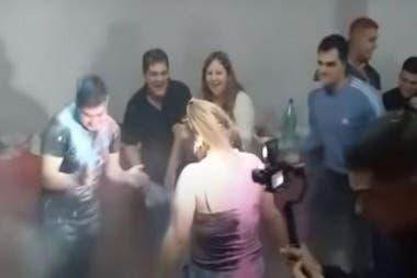 La funcionaria violó todas las restricciones y organizó una fiesta con muchos invitados
