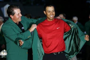 Masters 2005: el momento en que Mickelson le calza la chaqueta a Tiger; al año siguiente, la situación en el acto de ceremonia de cierre se invertiría