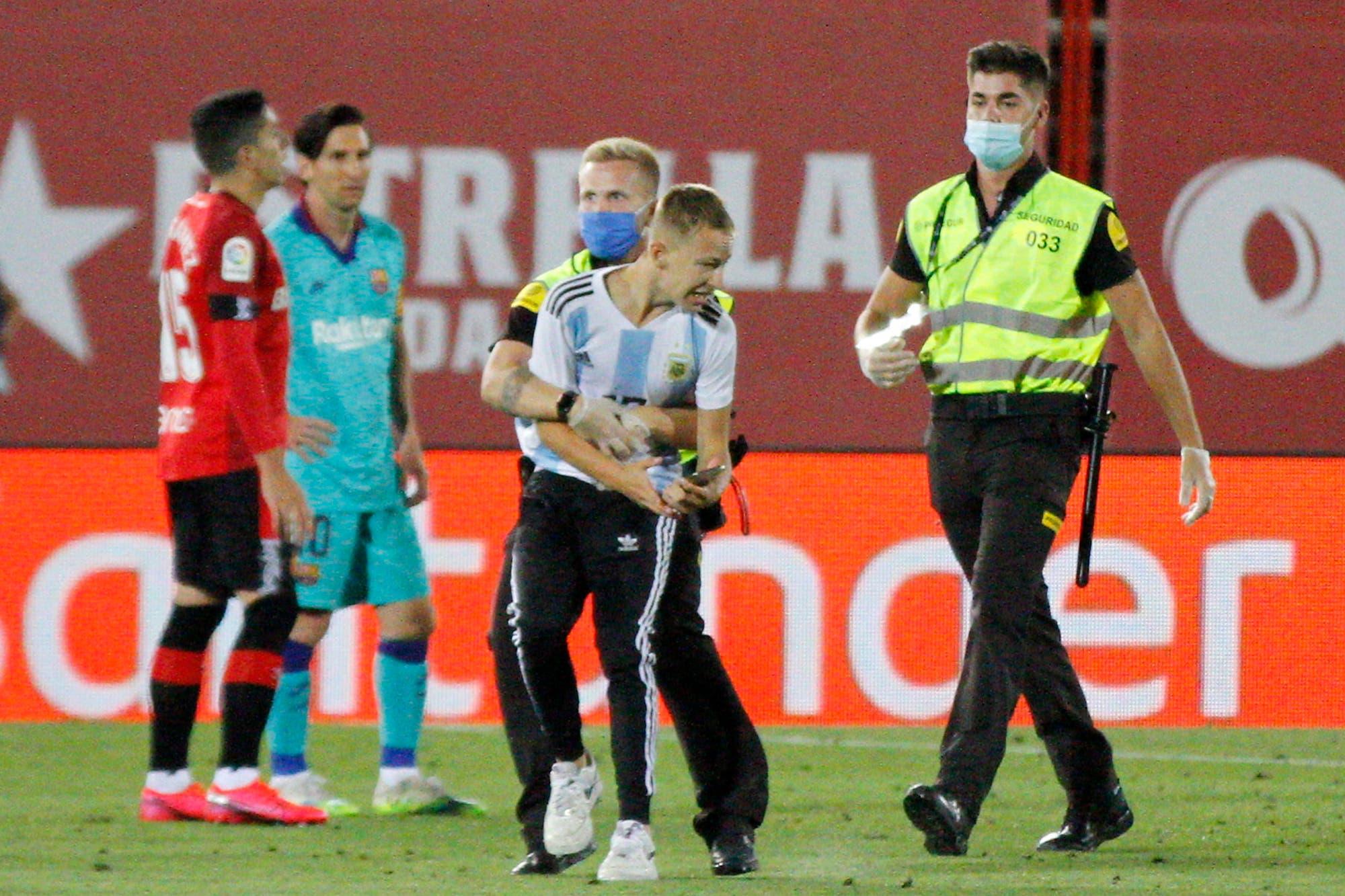 Insólito: el intruso con la camiseta argentina que se metió en la cancha en Mallorca-Barcelona, un partido a puertas cerradas
