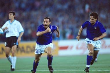 Totó Schillaci, goleador del Mundial Italia 90: en la imagen, celebra su gol ante Uruguay con Roberto Baggio. Lo sufre Nelson Gutiérrez