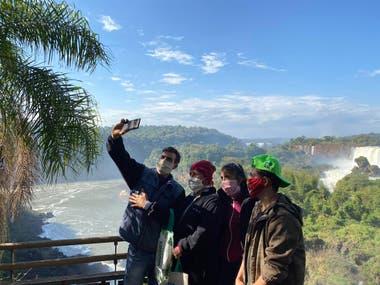 Una selfie inédita: Catartas y barbijo. Los visitantes de Iguazú cumplieron el estricto protocolo sanitario