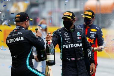La nueva normalidad de la Fórmula 1: Hamilton y Bottas brindan con champagne y barbijos