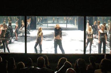 Una puesta en escena característica de Alexander McQueen, despúes del desfile Black, en Londres, 2004