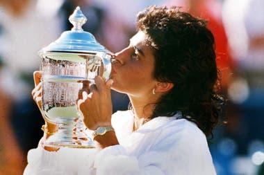 Gabriela Sabatini con el trofeo de Flushing Meadows, en un día de gloria: el 8 de septiembre de 1990 ganó su único Grand Slam en singles.
