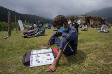 """Clases al aire libre en Cachemira: """"al poner a los niños en mayor contacto con la naturaleza, se crea una discusión sobre las prácticas de enseñanza""""."""
