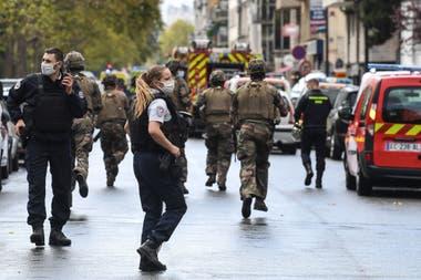 Alerta en París: cuatro heridos por un ataque con arma blanca cerca de la antigua sede de Charlie Hebdo