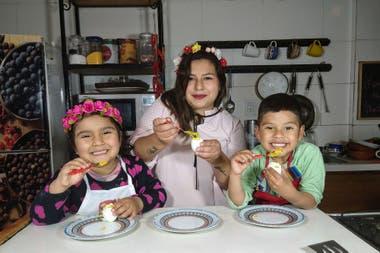 Elba Rodríguez junto a su hija y su sobrino, sus ayudantes en la cocina