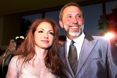 Gloria y Emilio Estefan llegan a la ceremonia de los Premios Billboard de la Música Latina 1999 en el Hotel Fontainebleau en Miami Beach, Florida, el jueves 22 de abril de 1999.