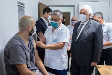 Ginés González García, supervisando la vacunación en el Hospital Posadas, a fines de 2020