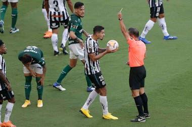 La primera tarjeta amarilla que mostró el árbitro Patricio Loustau fue a Lucas Verissimo, de Santos.