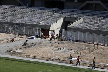 Otro cambio: ya no está la vieja pista de atletismo que rodeaba el campo de juego