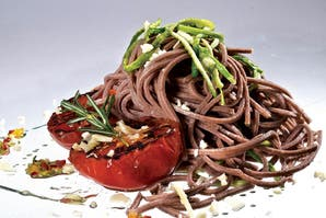 Pasta integral de remolacha con tomates asados
