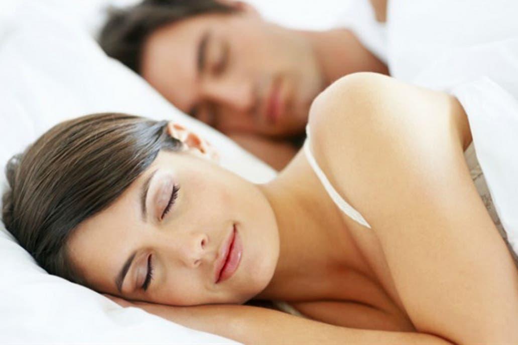 Hay mitos instalados sobre qué se debería hacer antes de ir a dormir para poder descansar bien donde el doctor Pérez Chada los separa y expone