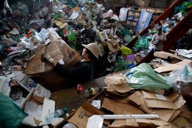 Ahora le reclaman al gobierno que no incineren la basura; temen que les quiten el material de trabajo