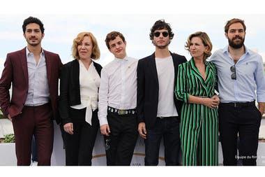 El elenco completo de El ángel junto al director del film, Luis Ortega, en Cannes