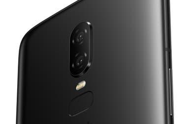 La doble cámara trasera del OnePlus 6, junto al flash y el sensor de huellas dactilares