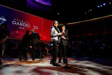 El músico recibió el galardón más preciado de la noche de manos de su amigo Palito Ortega