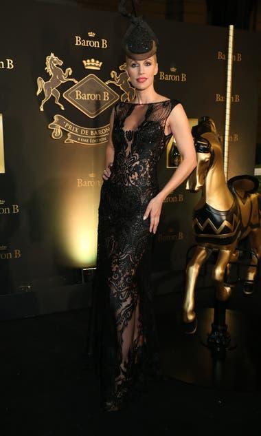Ingrid Grudke, espléndida en vestido con transparencias y bordados que acompañó con un fascinator a tono
