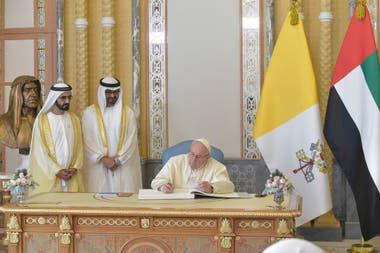 El Papa Francisco se reúne con el vicepresidente de los Emiratos Árabes Unidos y el gobernante de Dubai Sheikh Mohammed bin Rashid al-Maktoum, y con el Príncipe Heredero de Abu Dhabi Mohammed bin Zayed Al-Nahyan durante una ceremonia de bienvenida en el Palacio Presidencial en Abu Dhabi, Emiratos Ár