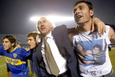 Carlos Bianchi celebra, en Brasil, la conquista de la Copa Libertadores 2003