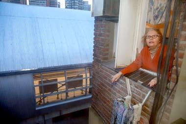 Rosa Loupan en la ventana de su departamento