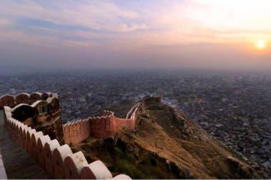 """Conocida como la """"ciudad rosada"""", la ciudad amurallada de Jaipur, en la región noroccidental de Rajastán (India) alberga aún muchos edificios que datan de la época de su fundación en 1727 que destacan, entre otros atributos, por sus elaboradas fachadas"""
